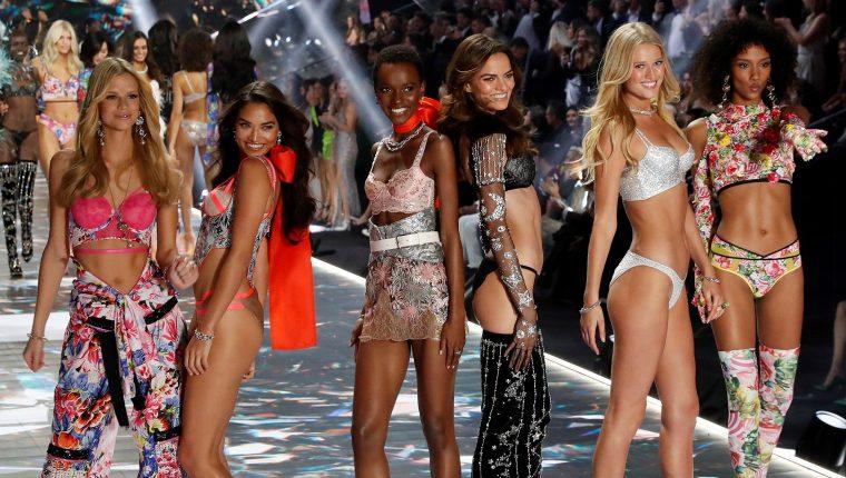 Varias modelos posan en la pasarela durante el desfile de la empresa de lencería Victoria's Secret, celebrado en Nueva York, EE. UU., el 8 de noviembre del 2018.  (Foto Prensa Libre: EFE)