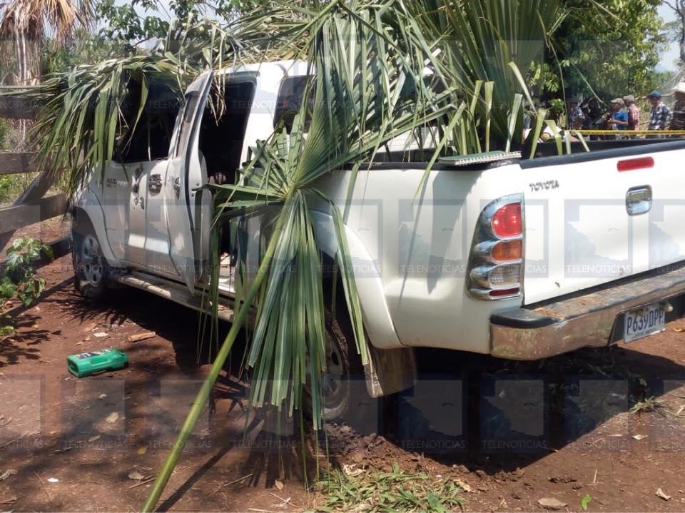 En este vehículo se transportaba la familia al momento de ser atacados. (Foto Prensa Libre: Tomada de Facebook)