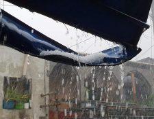 Los enormes granizos que cayeron en Cobán dañaros techos de viviendas. (Foto Prensa Libre: Eduardo Sam)