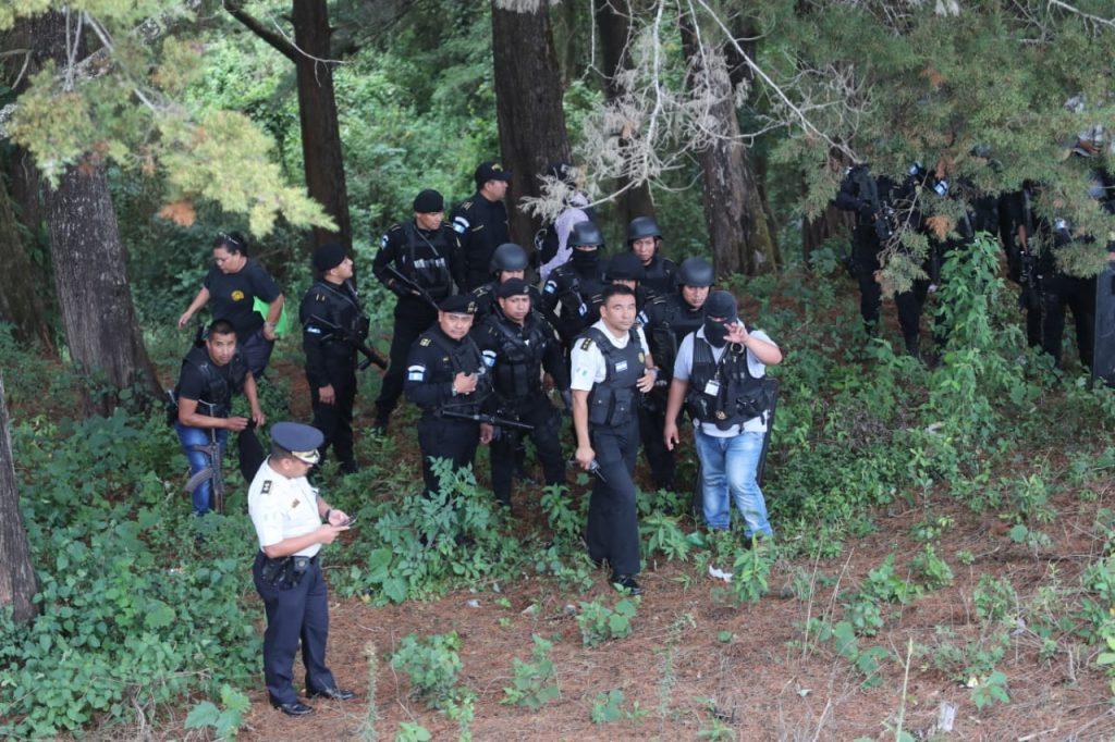 La Policía Nacional Civil indican que deben esperar a representantes de los Derechos Humanos para poder ingresar al penal. Foto Prensa Libre: Érick Ávila