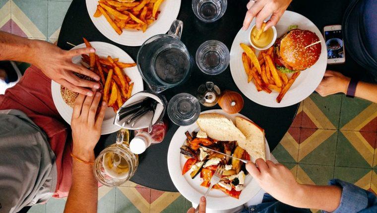Tacos, pizza, hamburguesas y panqueques son algunas de las opciones que puede encontrar para satisfacer sus antojos a altas horas de la noche e incluso, en la madrugada. (Foto Prensa Libre: Servicios)