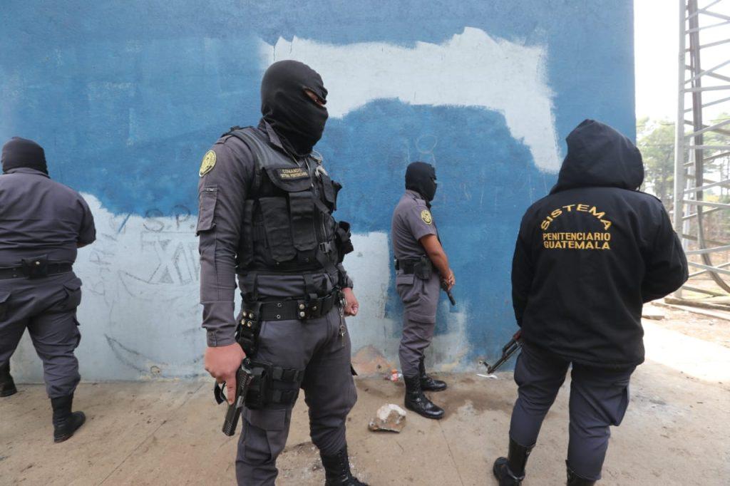Varios elementos del Sistema Penitenciario también han tenido que cubrir sus rostros para evitar represalias. Foto Prensa Libre: Érick Ávila