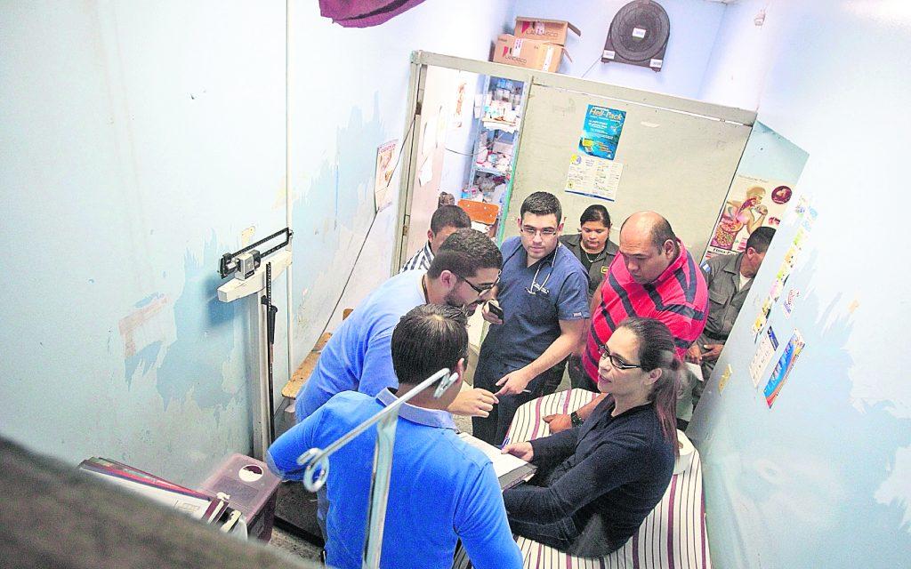 El 2 de noviembre de 2015 la ex mandataria fue trasladada al hospital San Juan de Dios para una evaluación después de tener fiebre durante 22 días. Foto Prensa Libre