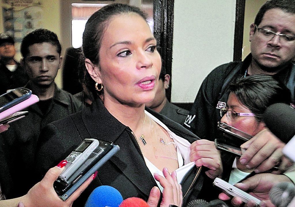 Baldetti durante declaraciones a distintos medios de comunicación enseñó el catéter que tenía en el pecho. Foto Prensa Libre