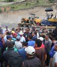 Vecinos de Cantel, Quetzaltenango, exigen que empresa a cargo de los trabajos de reparación de 12 kilómetros de carretera cumpla con el contrato que firmó con el CIV. (Foto Prensa Libre: Mynor Toc)