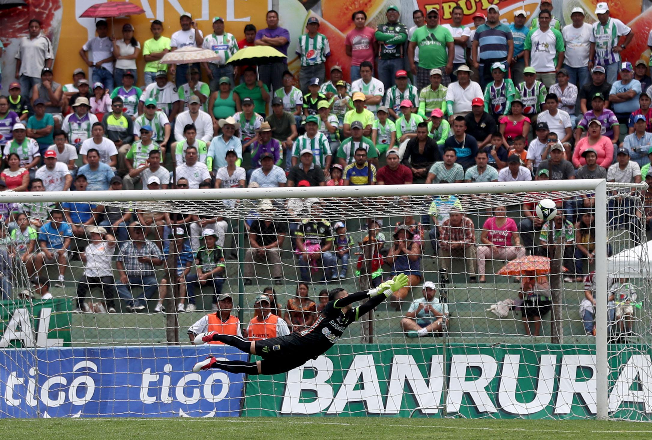 Con su tendida Adrián De Lemos adorna el gol de larga distancia de Danilo Guerra. (Foto Prensa Libre: Carlos Vicente)
