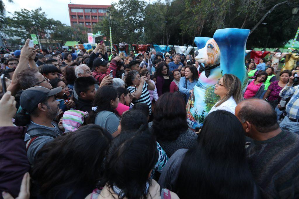 Decenas de personas hicieron fila para poder tomarse una fotografía con el oso que representa a Guatemala. Foto Prensa Libre: Óscar Rivas