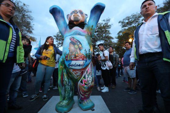 Los guatemaltecos fueron testigos de la develación de la estatua número 145 que representa a Guatemala y fue elaborada por el artista Darwin Osiel. Foto Prensa Libre: Óscar Rivas