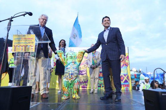 El embajador de Alemania en Guatemala, Harald Klein, entregó una miniatura de un oso al alcalde de la ciudad de Guatemala, Ricardo Quiñónez. Foto Prensa Libre: Óscar Rivas