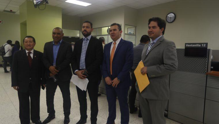 Miembros del Comité de Regularización de la Fedefut acudieron este jueves al Ministerio Público para denunciar a un grupo de auditores de la Contraloría General de Cuentas (Foto Prensa Libre: Edwin Fajardo)