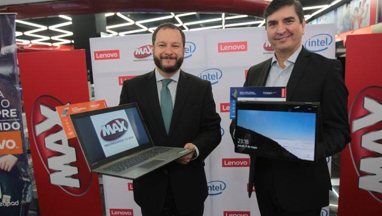 Martín Prera representante de Tiendas Max y William Gracia, gerente de territorio de Centroamérica y República Dominicana de Lenovo, presentado los nuevos modelos de laptops