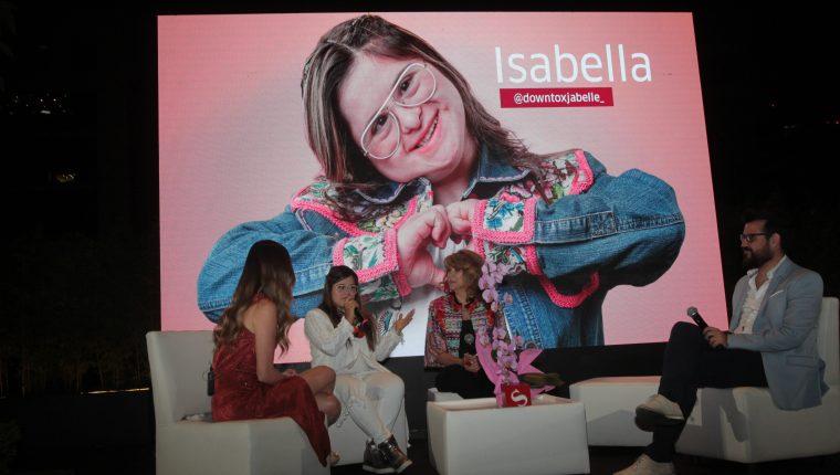 Isabella la primera diseñadora con síndrome de Down contó como su mamá la inspiró para lograr sus sueños.