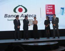 Directivos de Banco Azteca y Grupo Salinas reciben el galardón por ser un buen lugar para trabajar.
