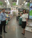 Representantes de Cemaco, les dan la bienvenida a sus clientes a las nuevas instalaciones.