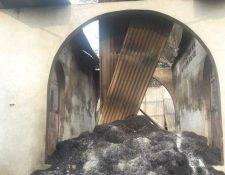 La vivienda que se encontraba en la finca fue quemada por los pobladores.(Foto Prensa Libre: cortesía)