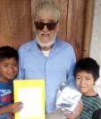 Ubaldo Villatoro recibe regalos de parte de sus nietos, a quienes cuida desde que nacieron. (Foto Prensa Libre: Cortesía de Moisés Hernández).
