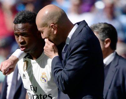 El entrenador francés Zinedine Zidane conversa con Vinicius Junior en su regreso a la cancha. (Foto Prensa Libre: AFP)