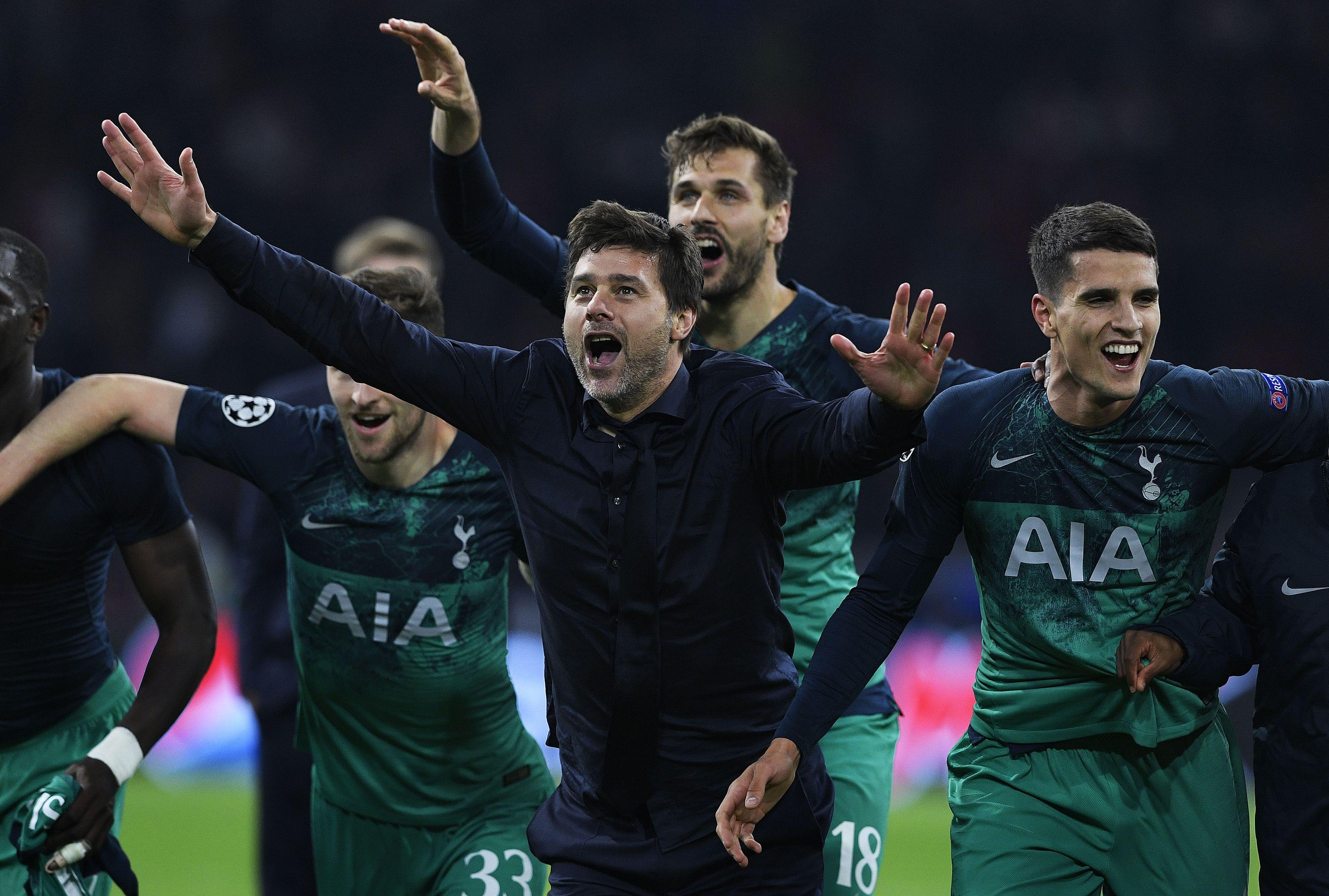 El entrenador argentino del Tottenham, Mauricio Pochettino, celebra la clasificación en la final. (Foto Prensa Libre: AFP)