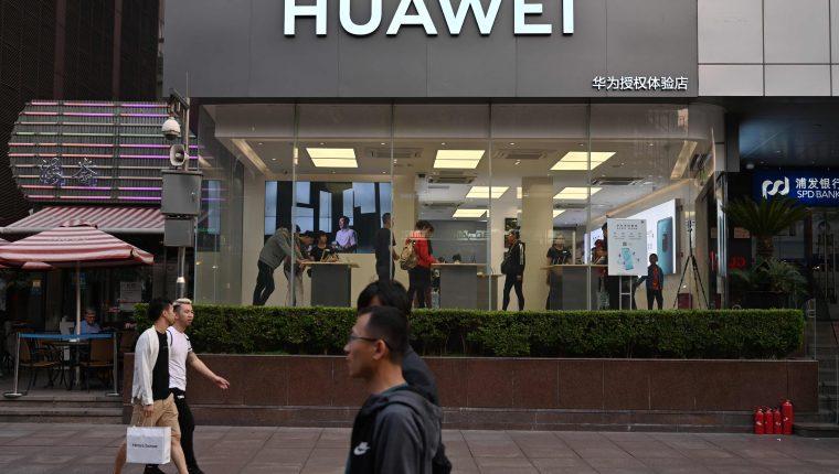 Una tienda de Huawei Shanghai. Trump ha prohibido los negocios con compañías involucradas en espionaje contra Estados Unidos. (Foto Prensa Libre: AFP)