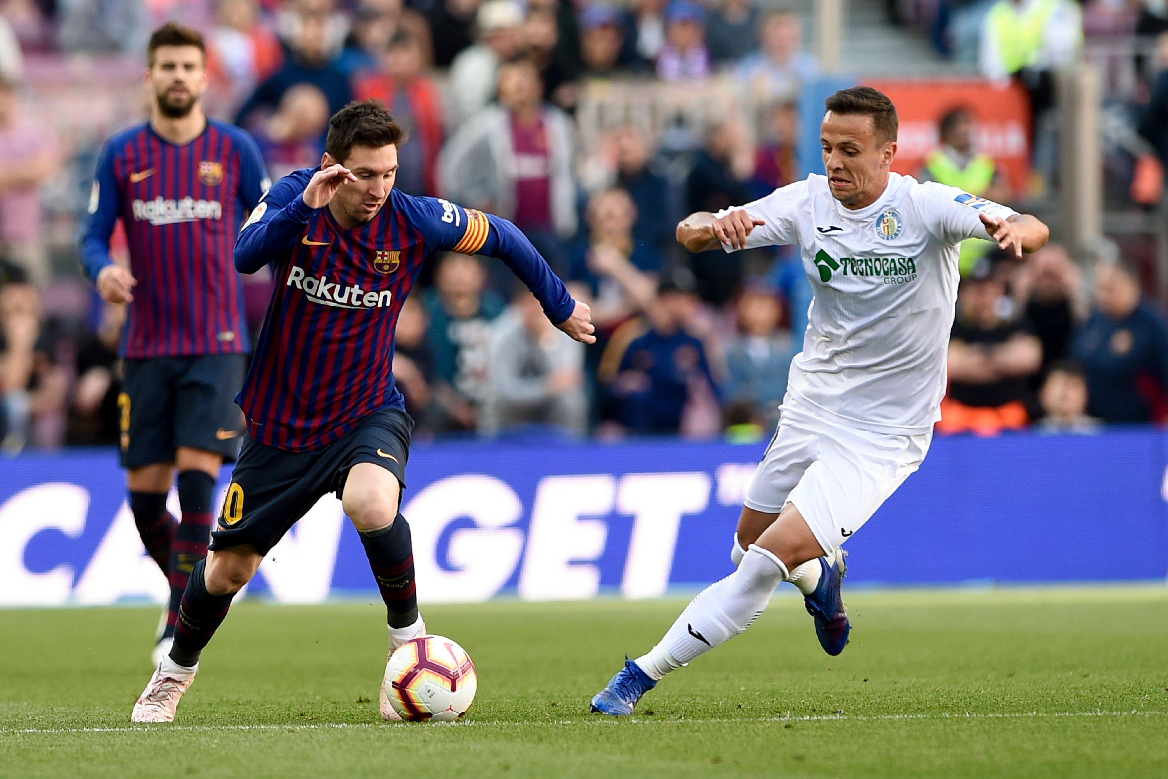 Lionel Messi conduce el balón durante el juego. (Foto Prensa Libre: AFP)