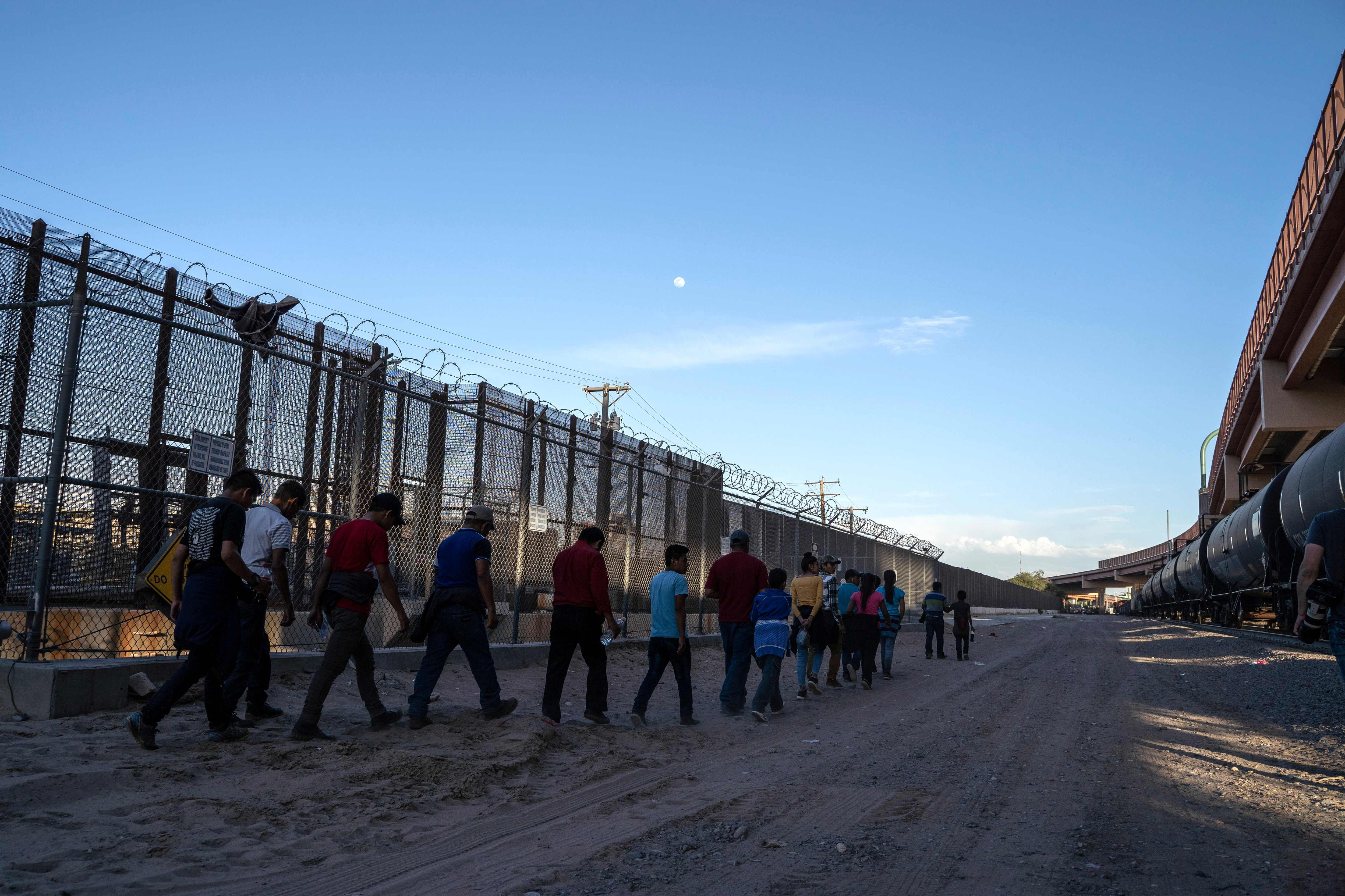 Miles de migrantes han huido de Centroamérica desde el año pasado. (Foto Prensa Libre:  AFP)