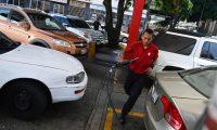 Cars queue to refill their gasoline tanks at Petroleos de Venezuela SA (PDVSA) gas station in Caracas, on May 17, 2019. (Photo by MARVIN RECINOS / AFP)