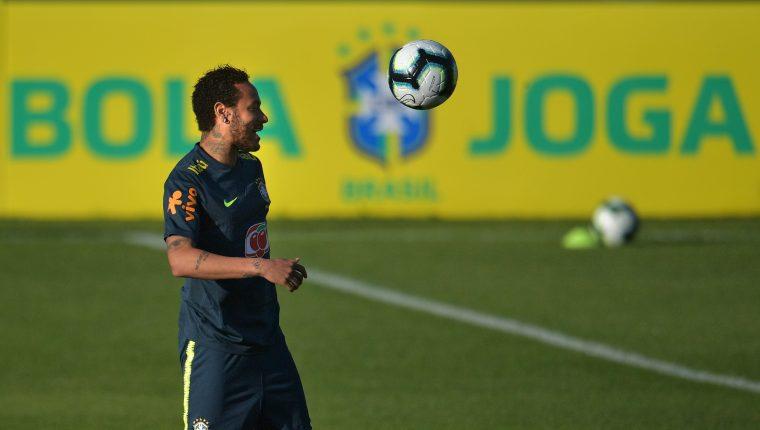 Los médicos de la Selección de Brasil confían en la buena evolución de Neymar. (Foto Prensa Libre: AFP)