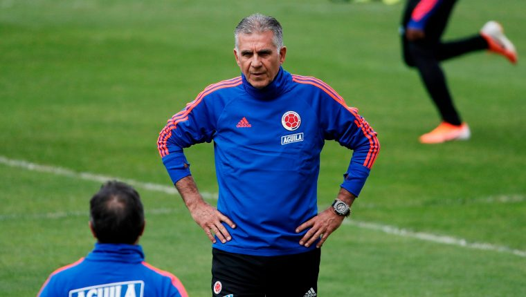 El técnico de Colombia Carlos Queiroz dirige el entrenamiento de su selección. (Foto Prensa Libre: AFP)