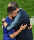 El técnico Maurizio Sarri abraza a Eden Hazard tras haber conquistado la Europa League. (Foto Prensa Libre: AFP)