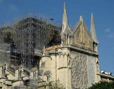 Los andamios instalados en la catedral de Notre-Dame de Paris, muestran la reparación luego de haber sido gravemente dañada por un gran incendio el 15 de abril de 2019. (Foto Prensa Libre: AFP)