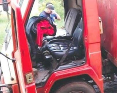 Camión repartidor en el que estaban los empleados que fueron asaltados. (Foto Prensa Libre: Redes sociales).