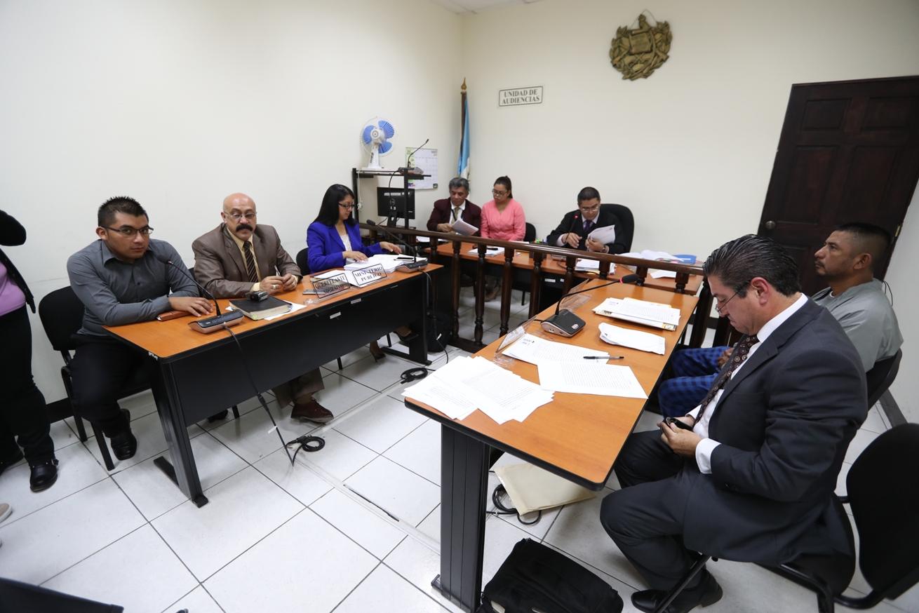 En la audiencia realizada esta mañana, los hermanos Velásquez Matul llegaron a un acuerdo con la aseguradora quien también le da asesoría legal al piloto del tráiler.  (Foto Prensa Libre: María Longo)
