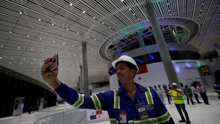 Trabajador se toma una selfie en la nueva ampliación del Aeropuerto Internacional de Tocumen en Panamá. (Foto Prensa Libre: EFE)