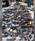 Estas son algunas de las armas que decomisó la policía en una vivienda de Los Ángeles. (Foto Prensa Libre: Policía de Los Ángeles)