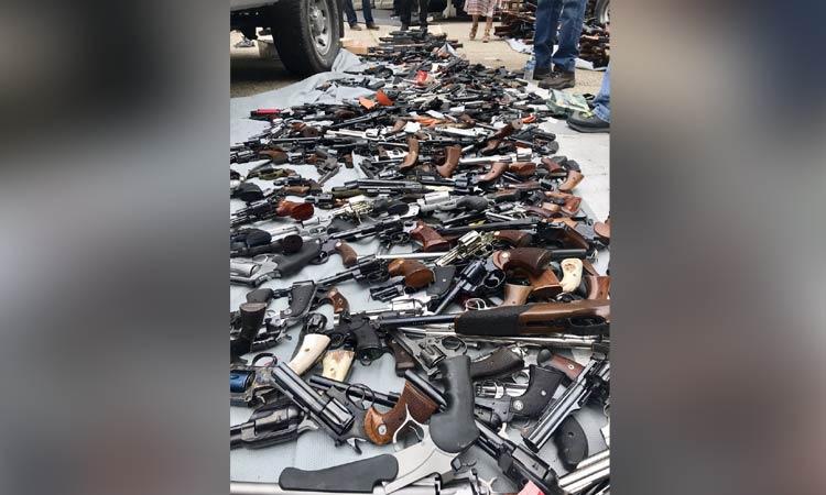 Más de mil armas de fuego fueron decomisadas en una vivienda en Los Ángeles