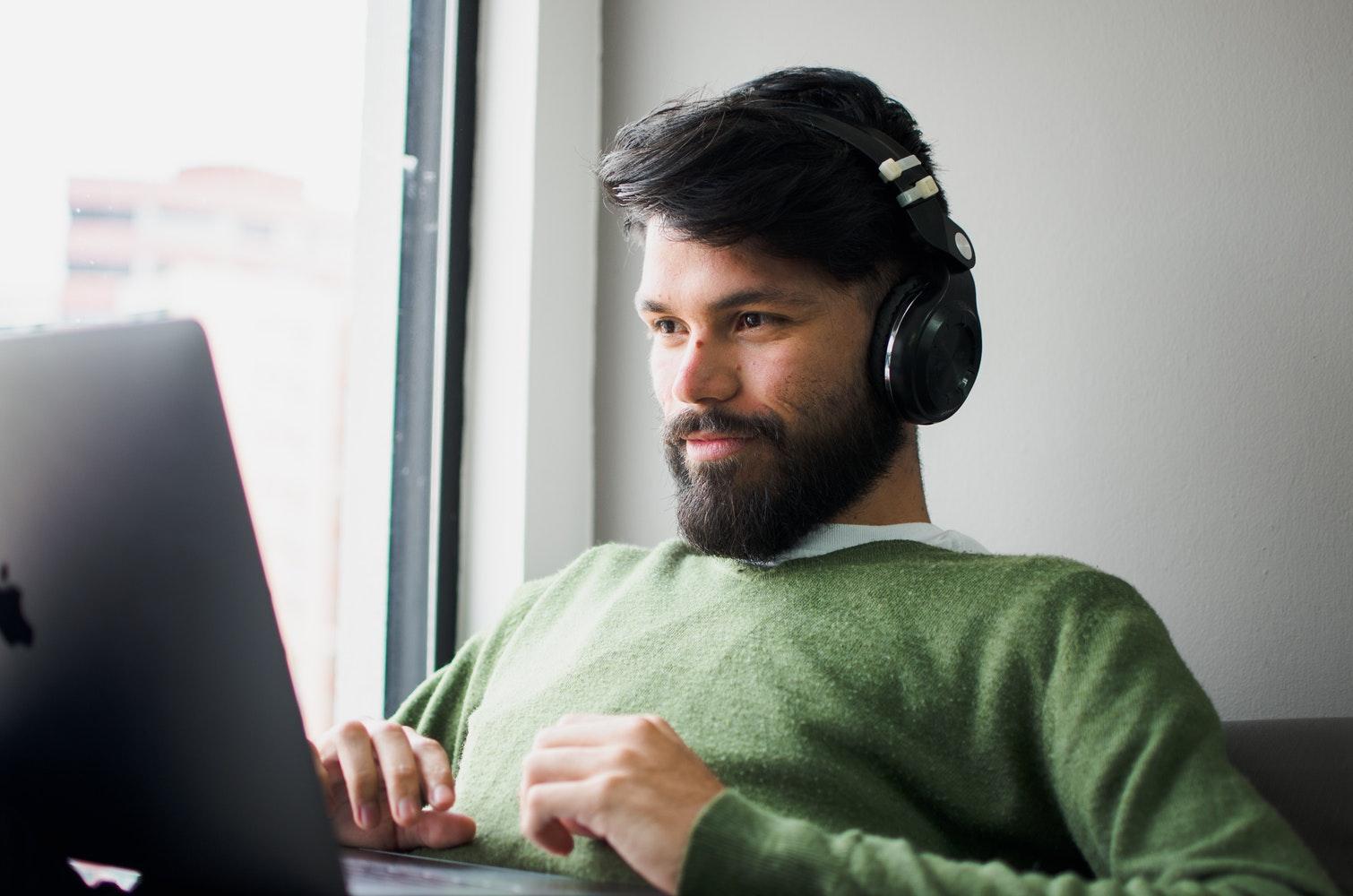 Los audiolibros ofrecen una experiencia que se adapta al acelerado ritmo de vida actual. (Foto Prensa Libre: Servicios)