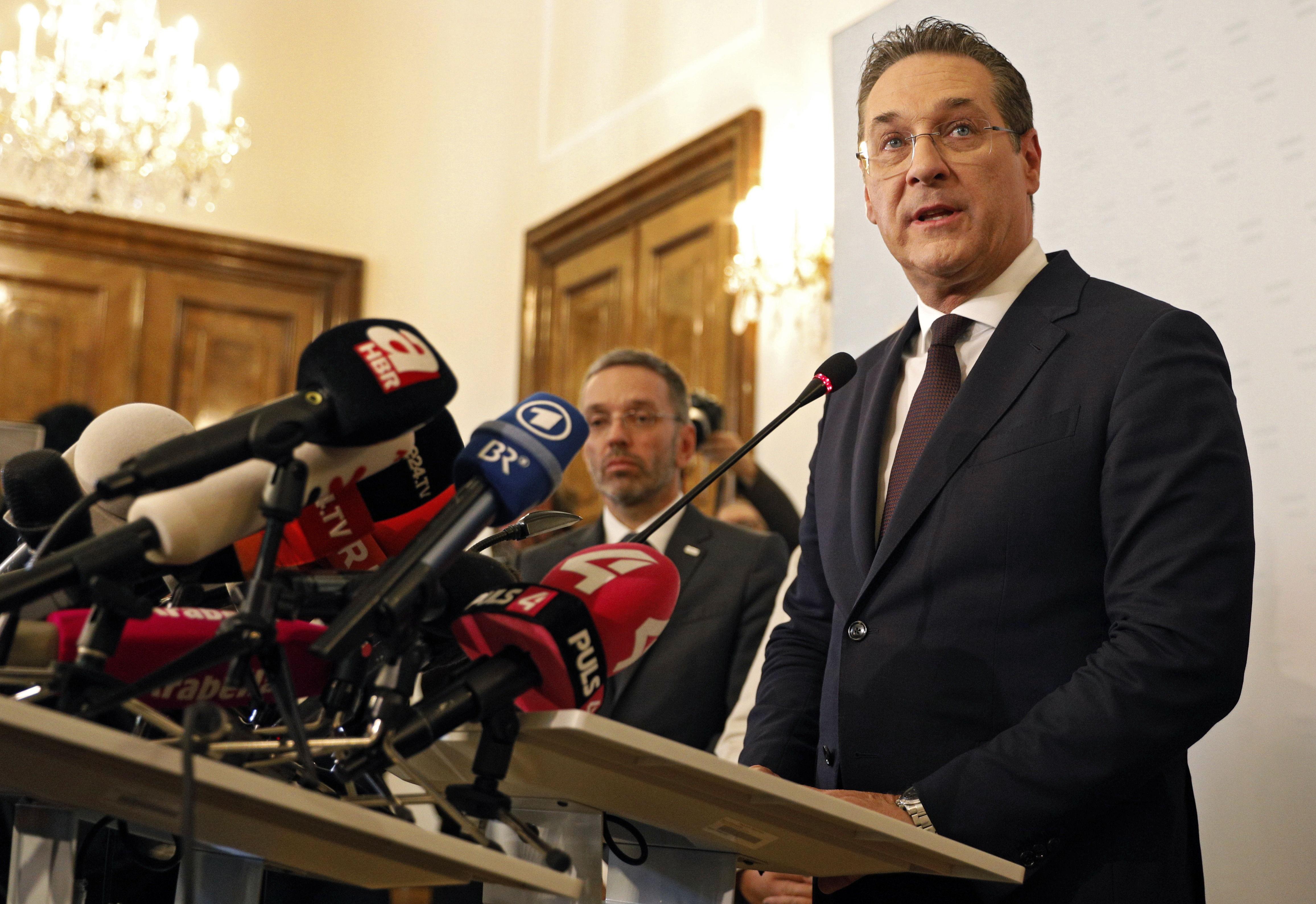 El vicecanciller austriaco Heinz Christian Strache fue delatado por una cámara oculta cuando negociaba prebendas. (Foto Prensa Libre: EFE)