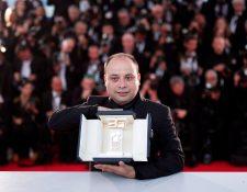 """El cineasta guatemalteco Cesar Diaz muestra el galardón de la Cámara de Oro, que obtuvo en Cannes por su cinta """"Nuestras Madres"""" (Foto Prensa Libre EFE)"""