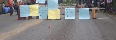 Pobladores exigen reparación de tramo carretero e impiden paso hacia Petén. (Foto Prensa Libre: Dony Stewart).