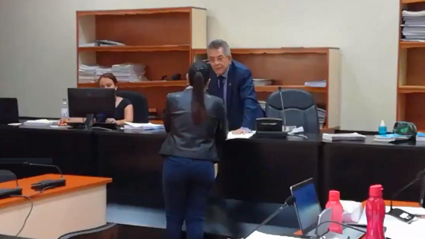 La exvicepresidenta Roxana Baldetti conversó con el juez Miguel Gálvez. (Foto Prensa Libre: Sucely Contreras/Guatevisión)