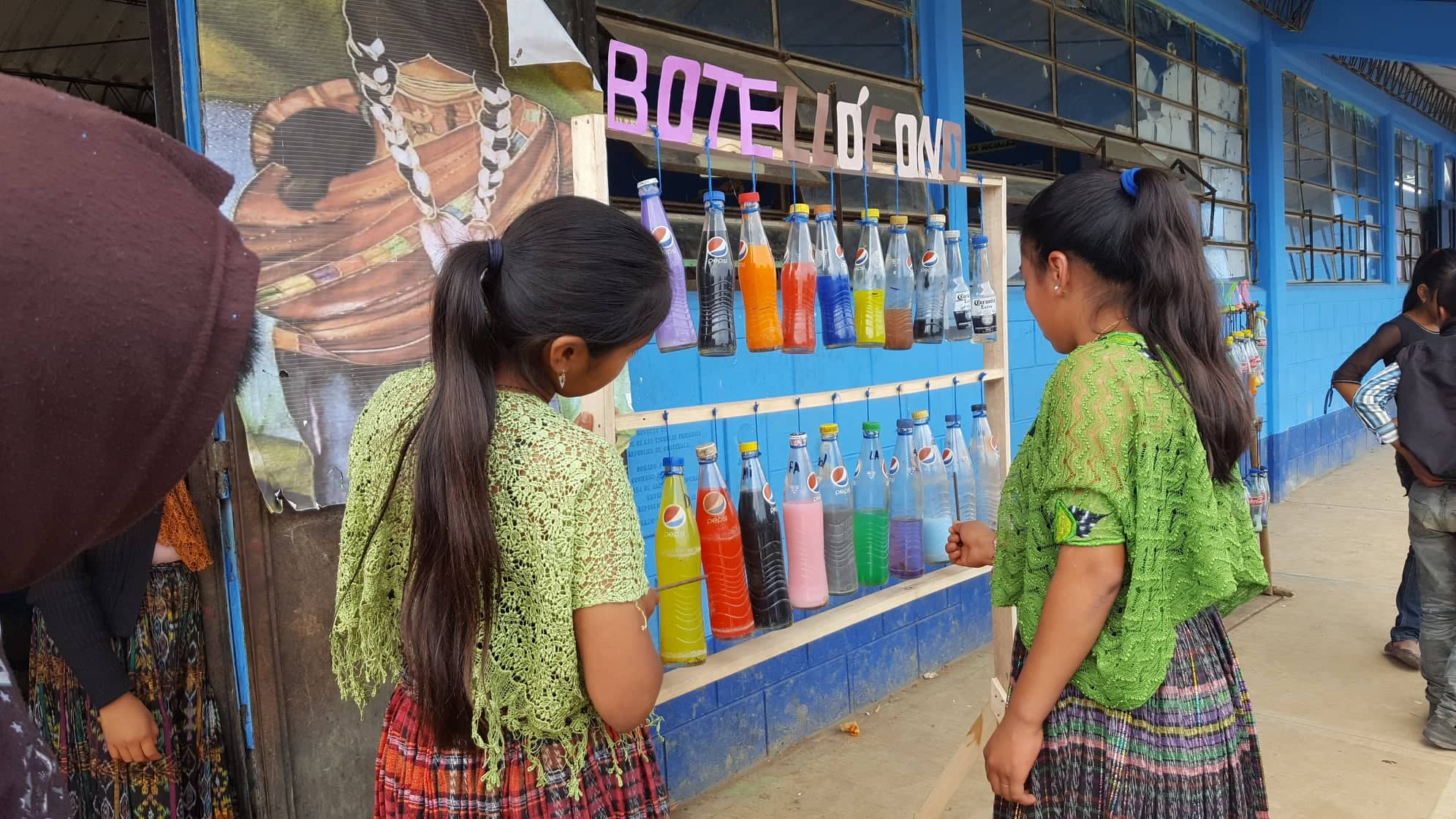 El instrumento musical botellófono, está fabricado de botellas. (Foto Prensa Libre: Eduardo Sam)