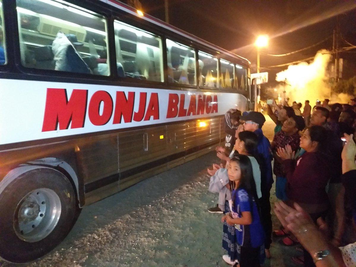 Los aficionados llegaron a despedir a sus jugadores y a desearles suerte en Malacatán. (Foto Prensa Libre: Eduardo Sam Chun)