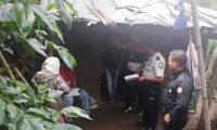 Autoridades ingresan a la vivienda donde hallaron estrangulado a un bebé de 11 meses. (Foto Prensa Libre: Hemeroteca PL)