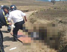 Bomberos trabajan en el lugar donde fue el enfrentamiento de pobladores en Sololá el 4 de marzo del 2019. (Foto Prensa Libre: @BVoluntariosGT).