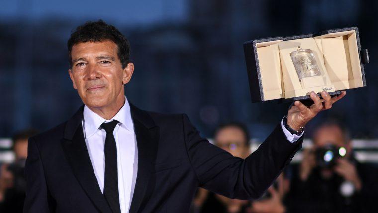 El español Antonio Banderas se llevó el premio al mejor actor en el Festival de Cannes 2019. (AFP).