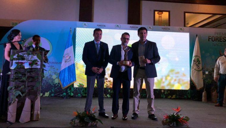 Carlos Mérida, gerente regional de Medio Ambiente CMI Energía, recibe el reconocimiento. (Foto Prensa Libre: Cortesía CMI Energía)