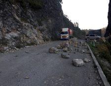 La carretera al norte de Huehuetenango durante el invierno es peligrosa por el desprendimiento de rocas de gran tamaño. (Foto Prensa Libre: Mike Castillo)