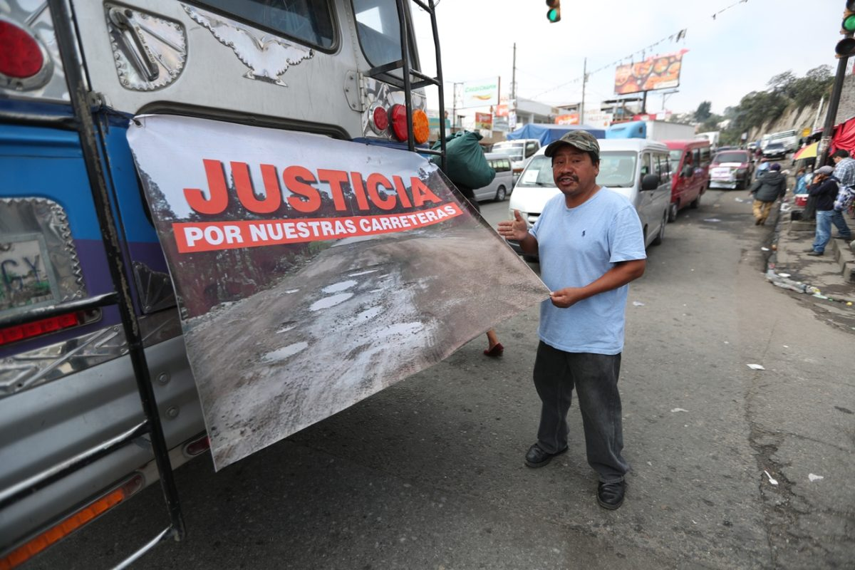 Manifestantes en Cuatro Caminos invitan al presidente, diputados y ministros a viajar por las carreteras dañadas