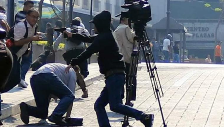 Momento en el que el agresor dispara a la multitud. (Foto  Prensa Libre: Tomada de Cuartoscuro)