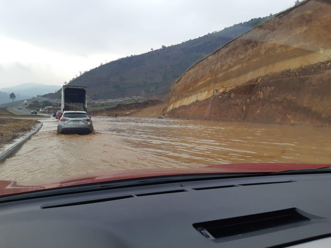 Inundación en el libramiento de Chimaltenango este miércoles 8 de mayo de 2019. (Foto Prensa Libre: @Nolasces).